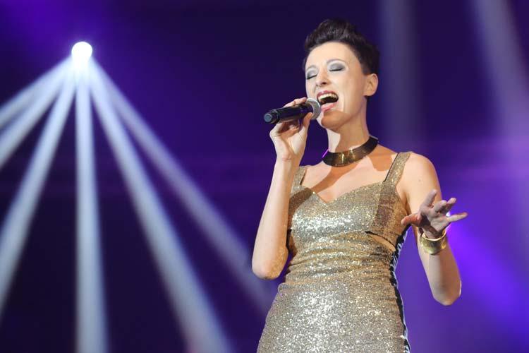 Annie Heger tritt mit weihnachtlichen plattdeutschen Liedern und vielem mehr beim Benefizkonzert der Johanniter-Hilfsgemeinschaft Oldenburg auf.