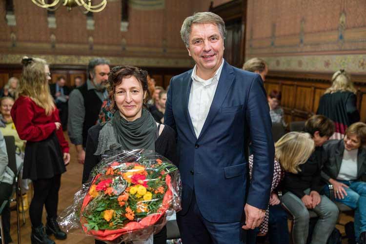 Die Österreicherin Tanja Fabsits erhält den diesjährige Kinder- und Jugendbuchpreis. Oberbürgermeister Jürgen Krogmann war unter den ersten Gratulanten.