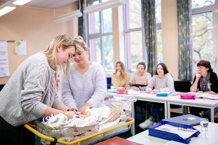 Fünf verschiedene Ausbildungsberufe im Gesundheitswesen stellen sich praxisnah vor.