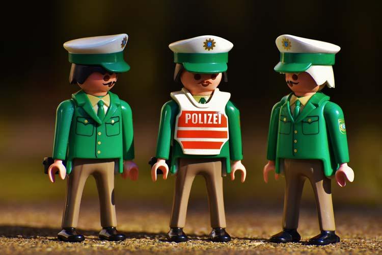 """Ein Schnauzbart für den guten Zweck. Die Polizeiinspektion Oldenburg-Stadt / Ammerland beteiligt sich an der Spendenaktion """"Movember""""."""