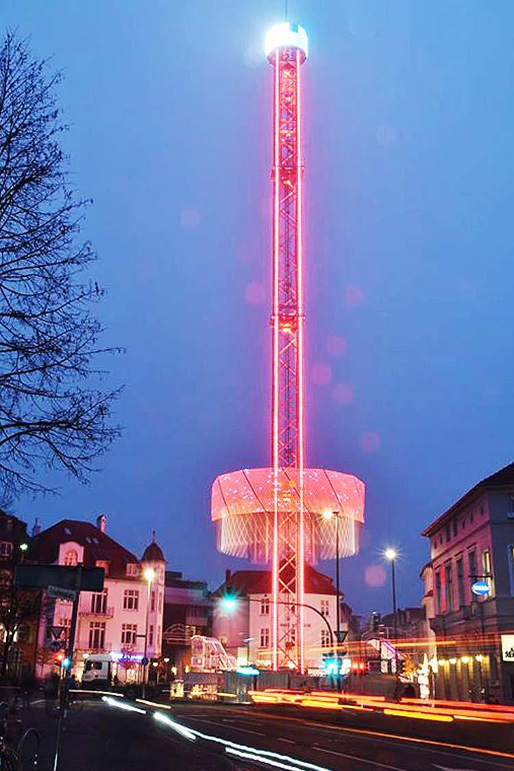 Erstmals auf dem Oldenburger Lamberti-Markt und bereits heftig diskutiert: der City-Skyliner auf dem Julius-Mosen-Platz.