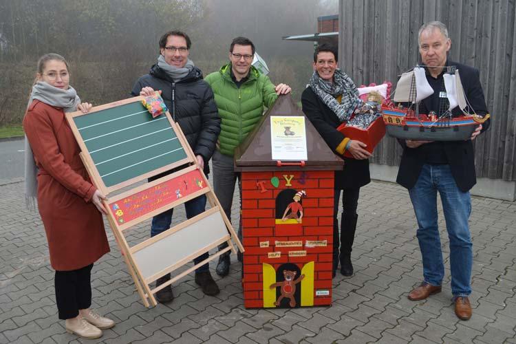Arbeiten nun zusammen um Spielzeugen ein zweites Leben zu schenken (von links): Sarah Polek (Jobcenter Oldenburg), Volker Schneider-Kühn (AWB), Dr. Sven Uhrhahn (Umweltdezernent), Elke Gebauer (Toys Company Oldenburg) und Hermann Göden (DEKRA Akademie GmbH).