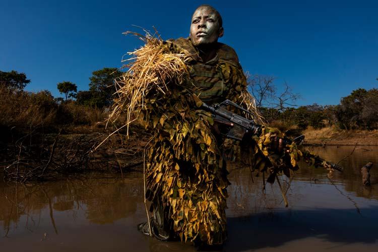 Petronella Chigumbura ist Mitglied einer rein weiblichen Anti-Wilderei-Einheit namens Akashinga in Simbabwe. Sie schützen ein 300 Quadratkilometer großes Ökosystems des Sambesi-Tals, in dem in den vergangenen Jahrzehnten Tausende Elefanten illegal getötet wurden.