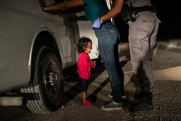 Sommer 2018: Sandra Sanchez wird mit ihrer Tocher Yanela vom US-Grenzschutz aufgegriffen. Während die junge Mutter aus Honduras abgetastet wird, fängt die Zweijährige an zu weinen. Das Pressebild des Jahres zeigt aus der Sicht eines Kindes die Auswirkungen der strikten Einwanderungspolitik des US-Präsidenten Donald Trump.