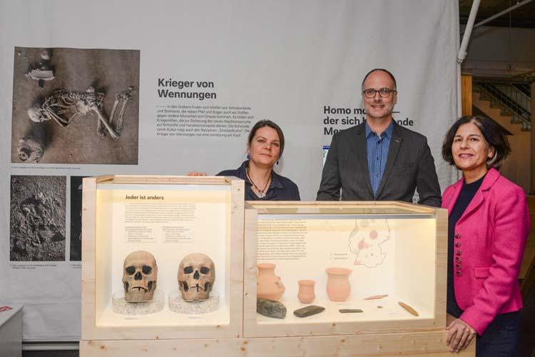 Sind stolz auf die neue Sonderausstellung (von links): Tosca Friedrich (Museumspädagogin), Olaf Meenen (Stiftung Kunst und Kultur der LzO) und Dr. Ursula Warnke (Museumsleiterin).