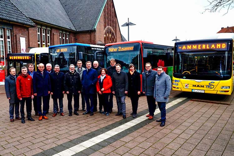 Gemeinsame Sache: Oberbürgermeister Jürgen Krogmann (9. von links) stellte das verbesserte Busangebot in Oldenburg zusammen mit den Vertreterinnen und Vertretern der Umlandkommunen sowie der Verkehrsunternehmen vor.