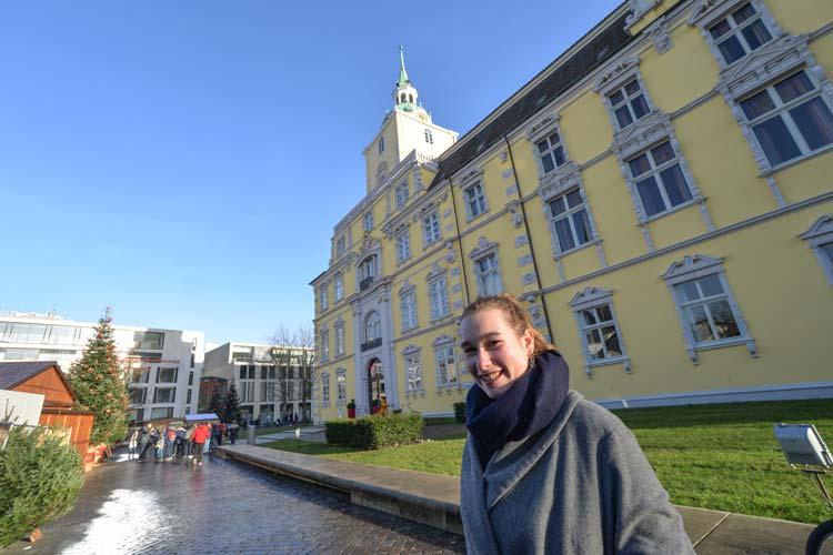 Die junge Oldenburgerin vor dem Wahrzeichen ihrer Heimatstadt.The young woman from Oldenburg in front of the landmark of her hometown.