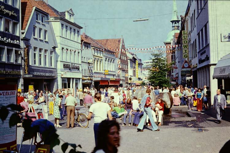 Das Umschlagmotiv des neuen Bildbandes über die 1970er Jahre in Oldenburg – Blick vom Leffers Eck in Richtung Lappan 1974.