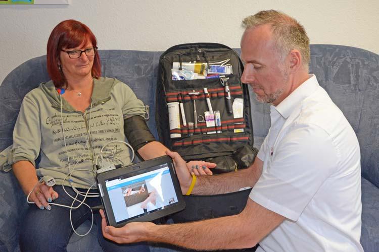 Ein Notfallsanitäter behandelt eine Patientin.