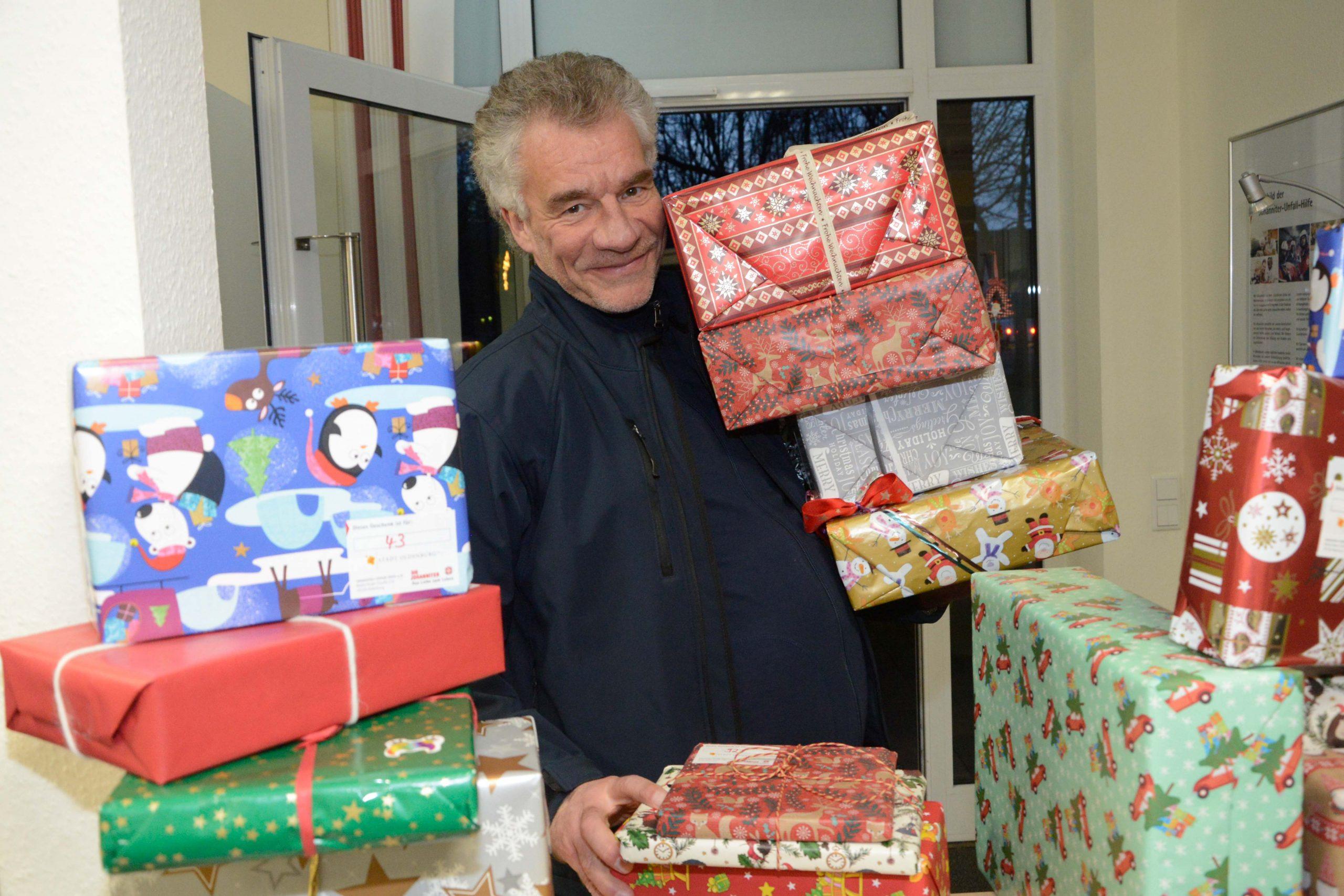 Der Wagen ist vollgeladen. Peter Hilbink von den Johannitern half den Mitarbeitenden des ASD der Stadt Oldenburg beim Verstauen der 608 Geschenke.