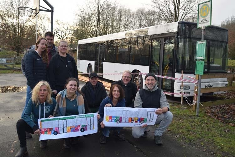 """Bringen den neuen """"OKIBU"""" ins Rollen (von rechts): Martin Haff, Christian Fritsch und das Team vom Abenteuerspielplatz präsentieren erste Kinder-Entwürfe zur Gestaltung des Busses."""