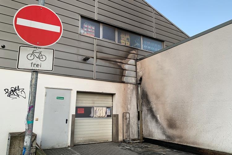 Vermutlich durch Brandstiftung ist am Aktiv-Markt in Osternburg ein Schaden von mehreren Tausend Euro entstanden.