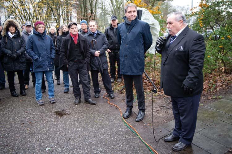 Riefen dazu auf die Erinnerung wach zu halten: (von links) Oberbürgermeister Jürgen Krogmann und Christel Schwarz (Vorsitzender des Freundeskreises für Sinti und Roma in Oldenburg).