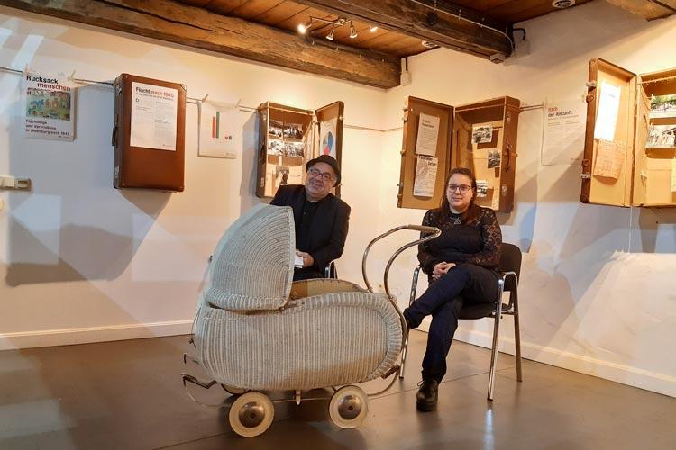 Werkstattfilm-Chef Farschid Ali Zahedi und Projektmitarbeiterin Maria Wöhr in der Ausstellung.