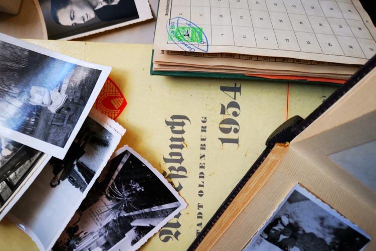Das Thema wird anhand alter Fotos und Zeitzeugenberichten greifbar gemacht.