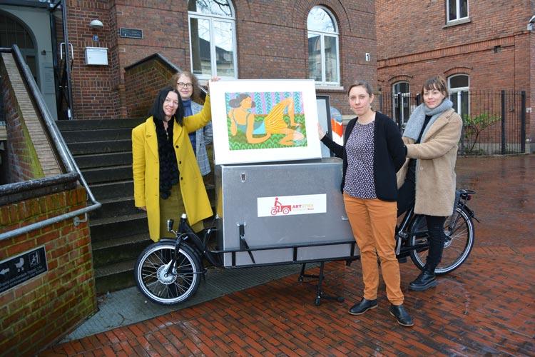 Bringen Kunst mit dem Lastenfahrrad zu den Menschen (von links): Sabine Isensee, Hedwig Vavra-Sibum, Laura Keppel und Jaqueline Menke.