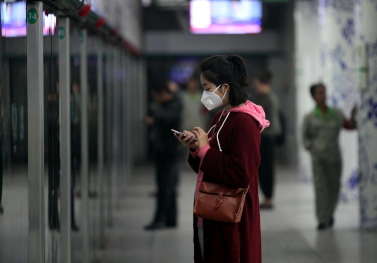 Frau in der Metro von Peking, über dts Nachrichtenagentur