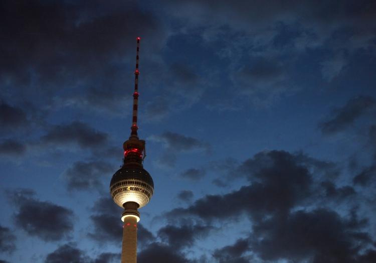 Berliner Fernsehturm bei Nacht, über dts Nachrichtenagentur