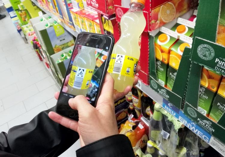 Kunde mit Smartphone im Supermarkt, über dts Nachrichtenagentur