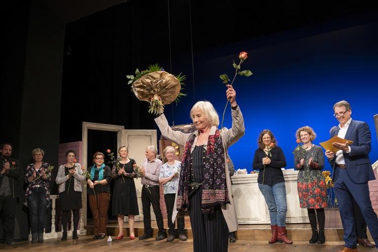 Elfie Hoppe wurde mit langem Applaus und stehenden Ovationen als neu ernanntes Ehrenmitglied im Oldenburgischen Staatstheater gefeiert.