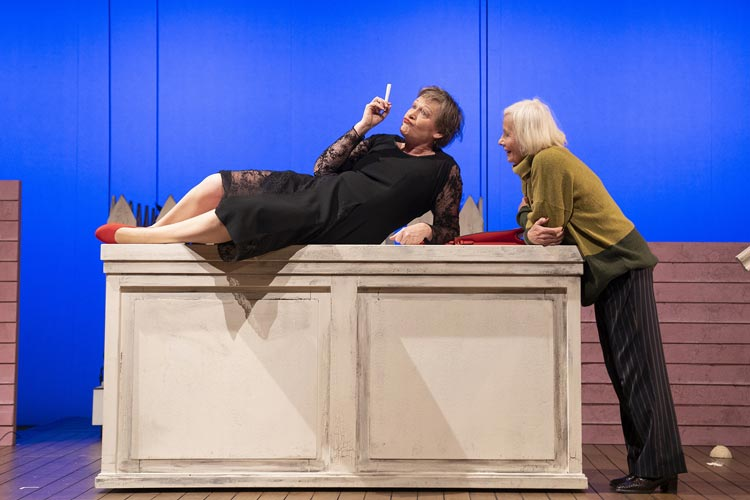 """Rita Martens (links) und Elfie Hoppe begeistern das Publikum in """"De Ruum Maten"""" im Kleinen Haus des Oldenburgischen Staatstheaters."""