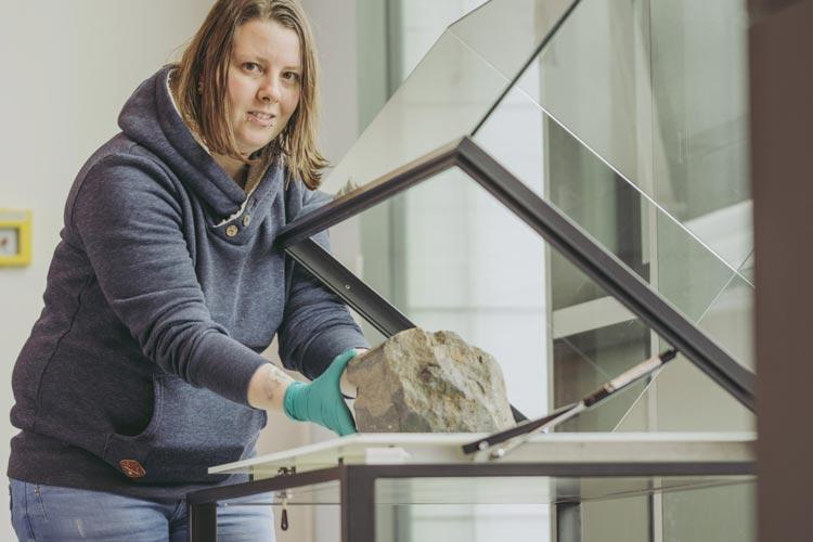 Museumspräparatorin Sandra Fünfstück bereitet den Meteorit Benthullen zur Präsentation vor.