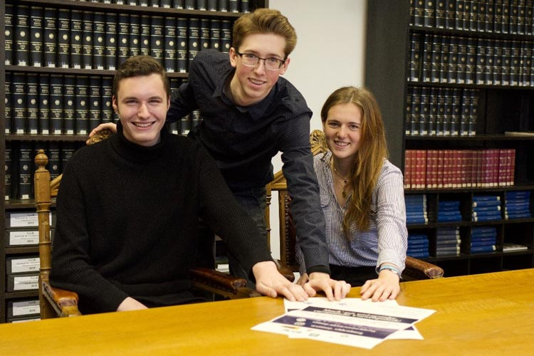 Das Präsidium präsentiert die Plakate zur SimEP 2020 (von links): Jonas Bitter (Stellvertretender Parlamentspräsident), Maximilian Kürten (Kommissionspräsident) und Tomma Steggewentz (Parlamentspräsidentin).