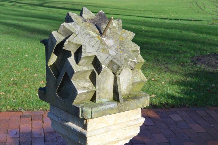 In Bad Zwischenahn ist ein ganz besonderes Garten-Schmuckstück in den Fokus der Gemeinde geraten: Eine Polyedersonnenuhr aus Sandstein.