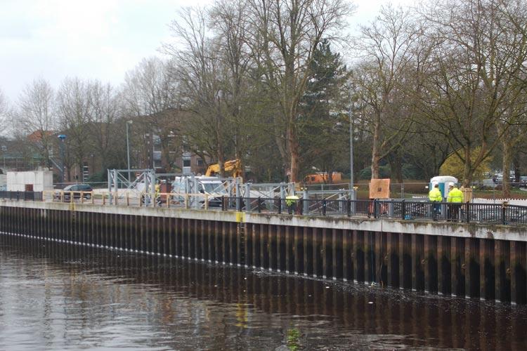 Die Brückenwiderlager mit Auflagertürmen für die Rampe auf der Uferseite am Westfalendamm sind bereit.