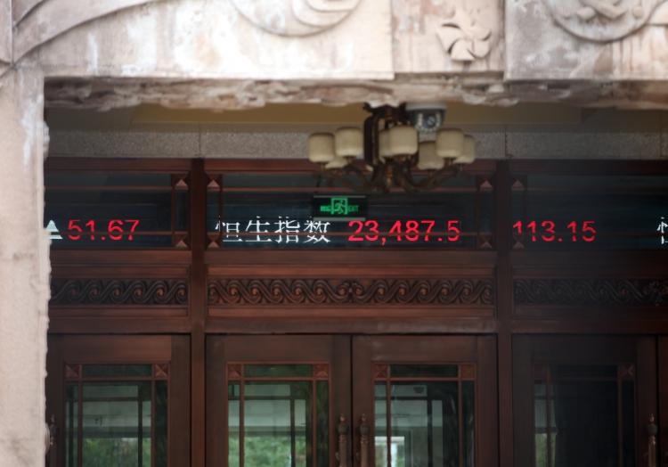 Chinesische Börsenkurse auf einem Laufband, über dts Nachrichtenagentur