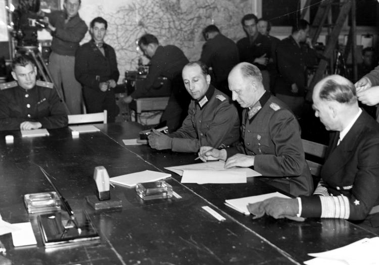 Unterzeichnung der Kapitulationsurkunde im Mai 1945, über dts Nachrichtenagentur