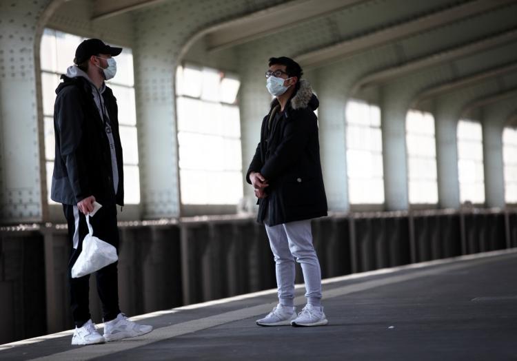 Zwei junge Männer mit Atemschutzmaske, über dts Nachrichtenagentur