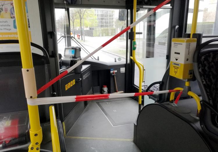 Abstandsmarkierung im Bus, über dts Nachrichtenagentur