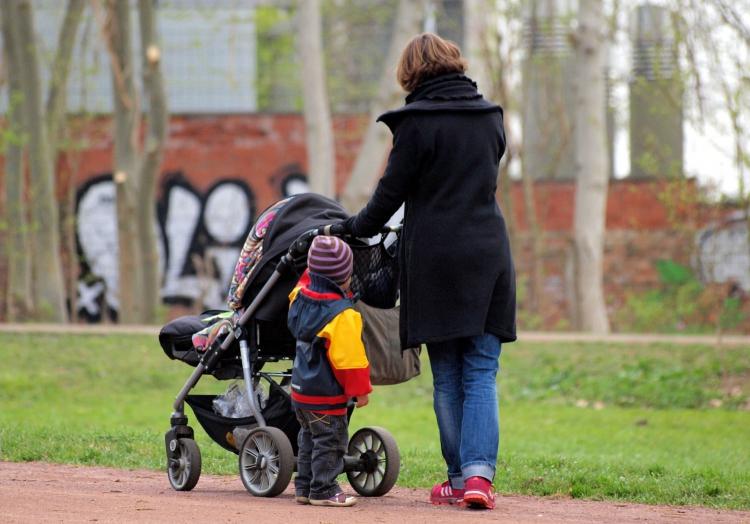 Mutter mit Kinderwagen, über dts Nachrichtenagentur