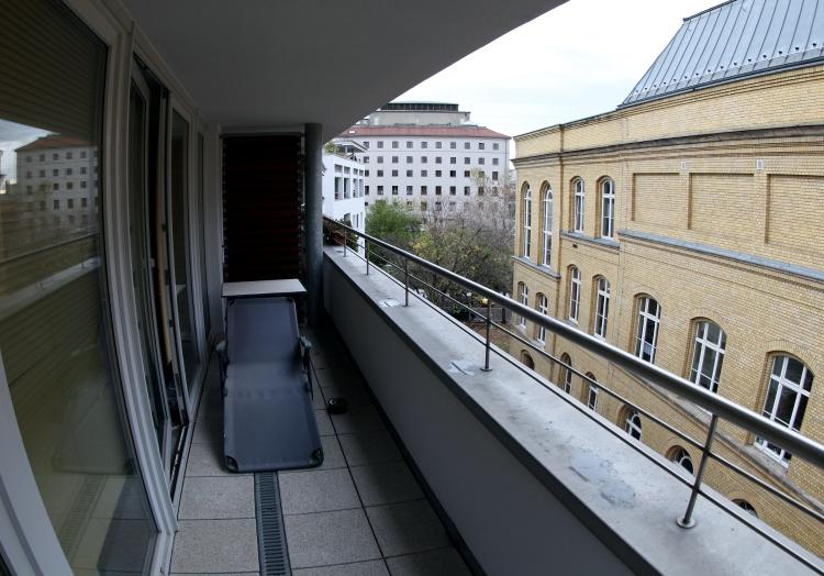 Liege auf einem Balkon, über dts Nachrichtenagentur