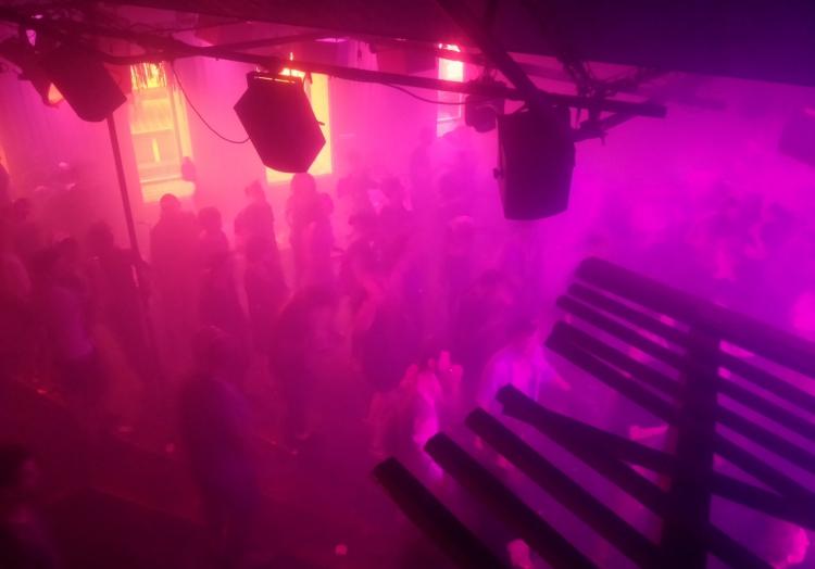 Tanzende in einem Techno-Club, über dts Nachrichtenagentur