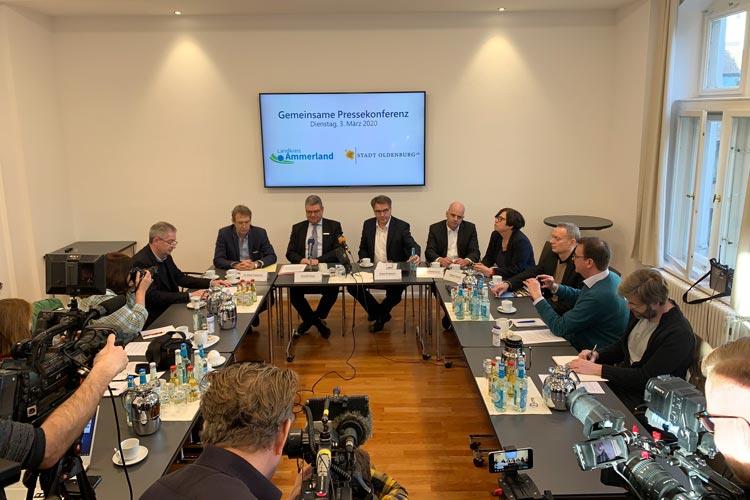 Dr. Elmar Vogelsang, Jörg Bensberg, Jürgen Krogmann, Dr. Holger Petermann und die Sozialdezernentin Dagmar Sachse bei der Pressekonferenz in Oldenburg.