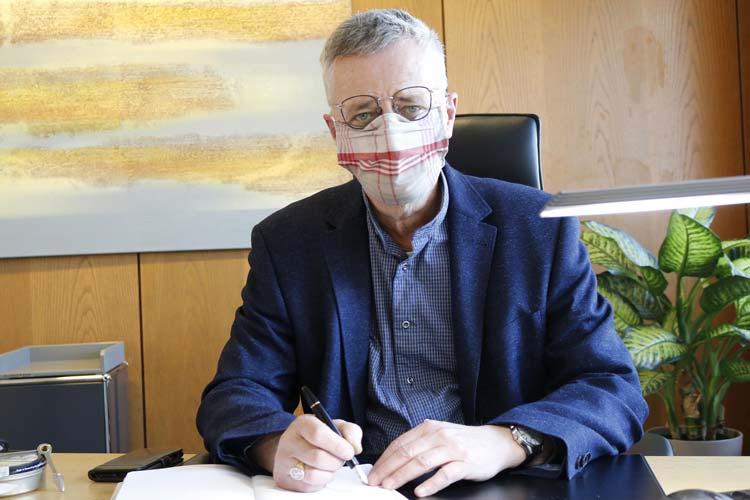 Diakonie-Vorstand Uwe K. Kollmann ist dankbar, für die genähten Masken.