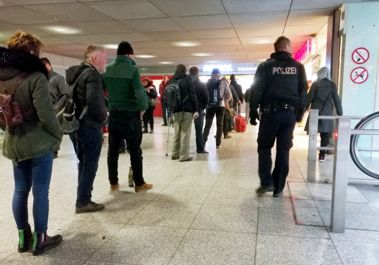 Polizist überwacht Warteschlange vor Supermarkt, über dts Nachrichtenagentur