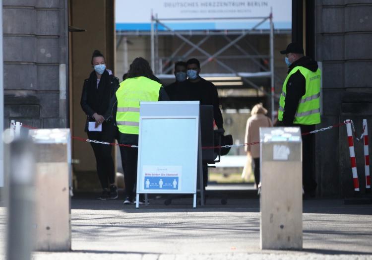 Menschen mit Mundschutz vor einem Krankenhaus, über dts Nachrichtenagentur