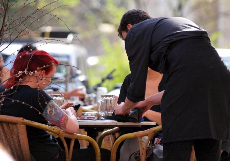 Bedienung in einem Café, über dts Nachrichtenagentur