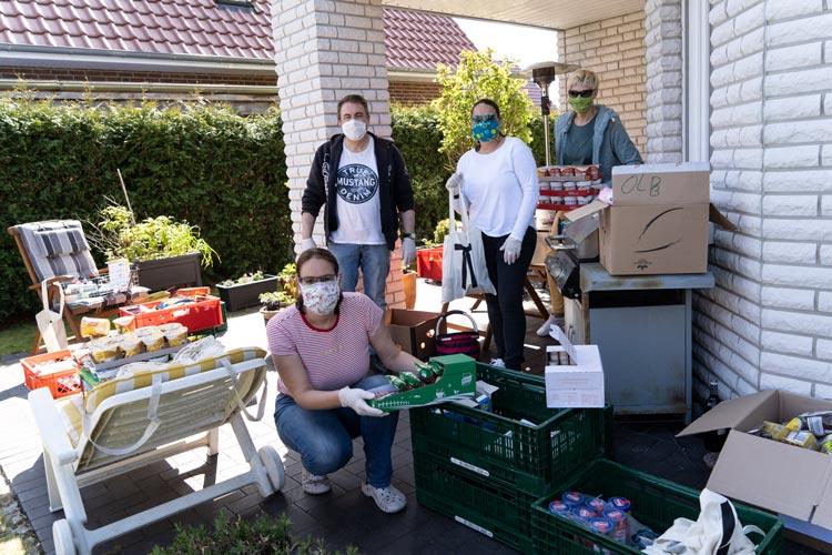 Samstags packen die Ehrenamtlichen vier Stunden lang die Lebensmittelpakete, die anschließend von Fahrerinnen und Fahrern den Bedürftigen gebracht und vor die Türe gestellt oder in die Notunterkünfte bzw. zu den Schlafplätzen gebracht werden.