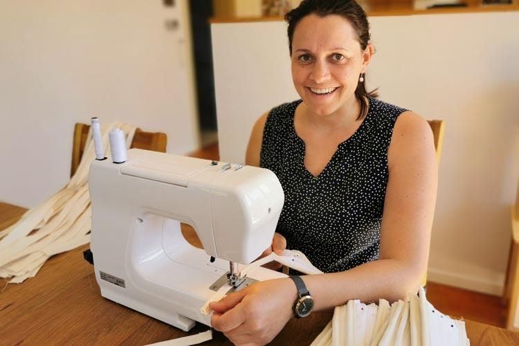 Projektingenieurin Joanna Wollbrink näht Alltagsmasken gegen das Coronavirus an der privaten Nähmaschine.