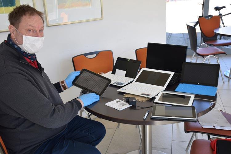 Dirk Ihnen ist einer von zwei Reparateuren des Repair Cafés, die die Geräte nun auf Vordermann bringen.