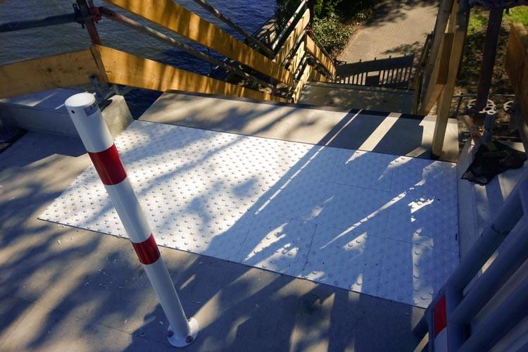 Die Behelfsbrücke wurde mit Aufmerksamkeitsfelder für blinde und sehbehinderte Menschen versehen.