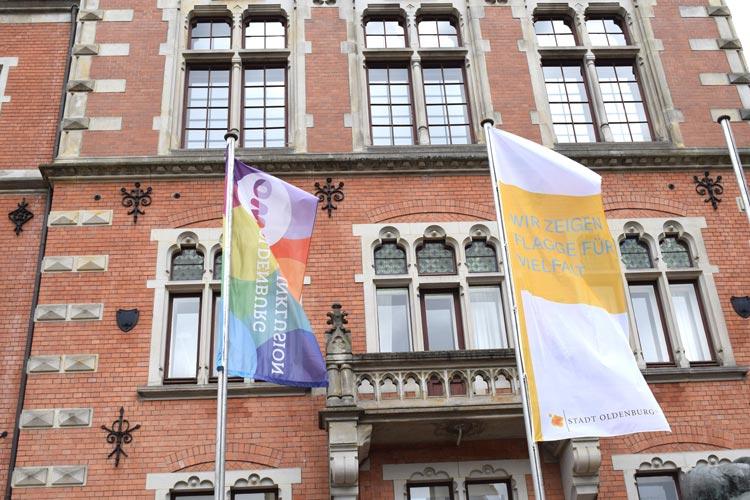 Am Alten Rathaus und an zahlreichen Gebäuden in Oldenburg hängen bis zum 29. Mai Flaggen mit dem Logo der Charta der Vielfalt.
