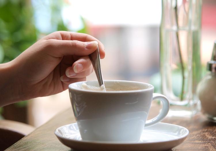 Eine Tasse Kaffee in einem Café, über dts Nachrichtenagentur
