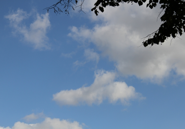 Wolken am blauen Himmel, über dts Nachrichtenagentur
