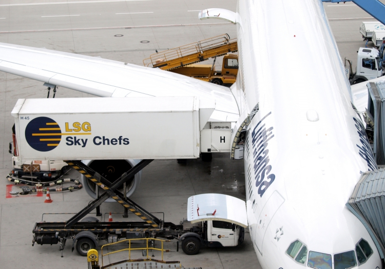 LSG Sky Chefs beladen Lufthansa-Maschine am Flughafen, über dts Nachrichtenagentur