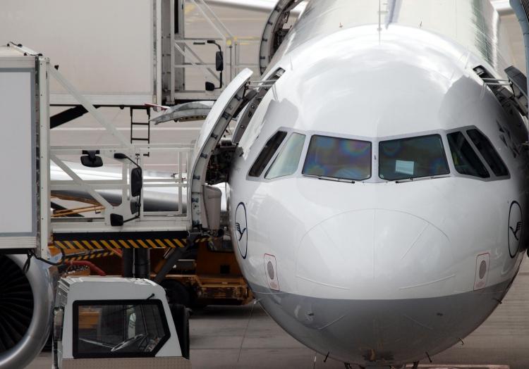 Lufthansa-Maschine wird am Flughafen beladen, über dts Nachrichtenagentur